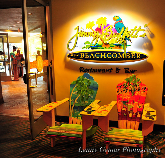 Sunday evening, we had a going away dinner for some of the wedding party and guests that need to head back home. What better place to chill out than with a Mai Tai at Jimmy Buffett's Beachcomber Restaurant and Bar, Waiikiki?