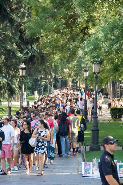 Line for free enterance to the Prado