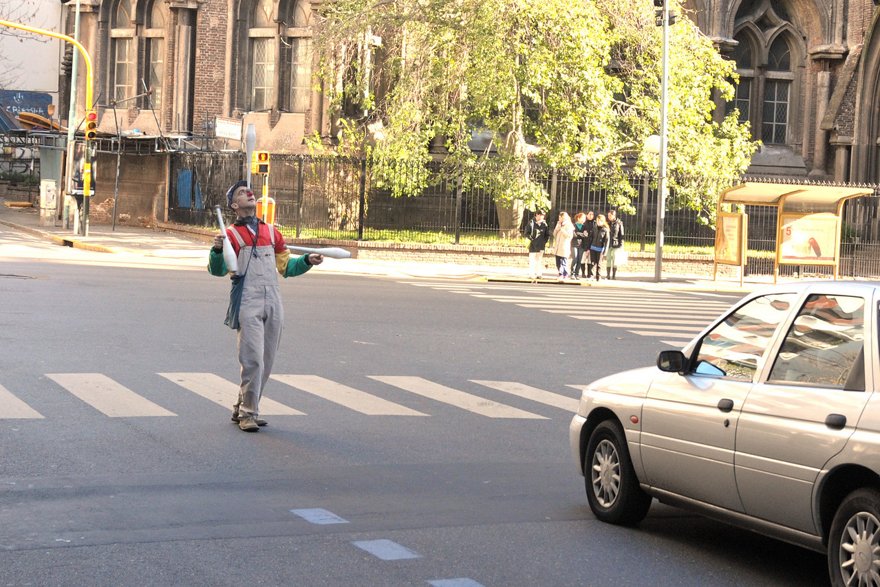 A street performer, Mago Marttino, does his act during a stop light.