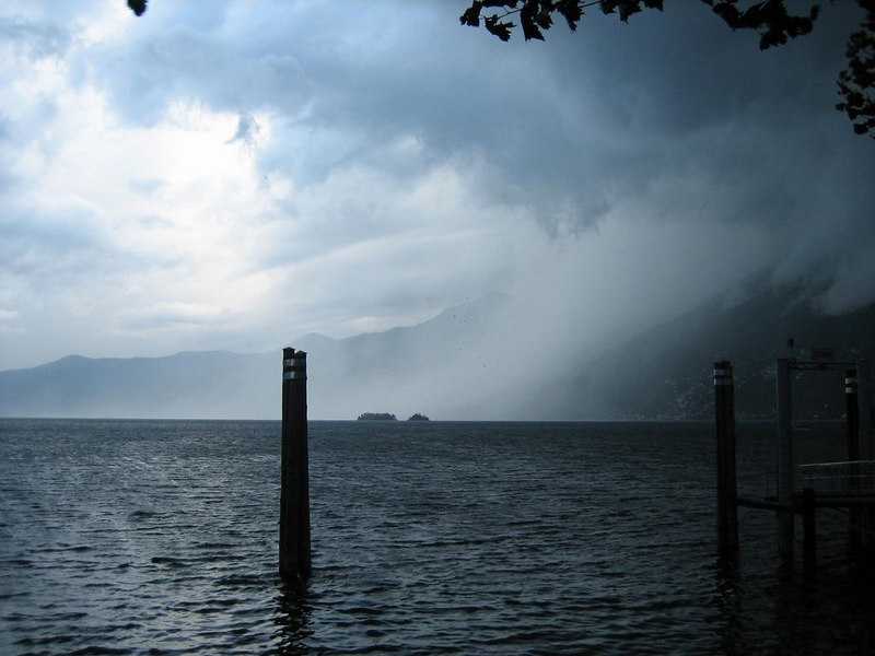 Bad thunderstorm rapidly coming in over the lake