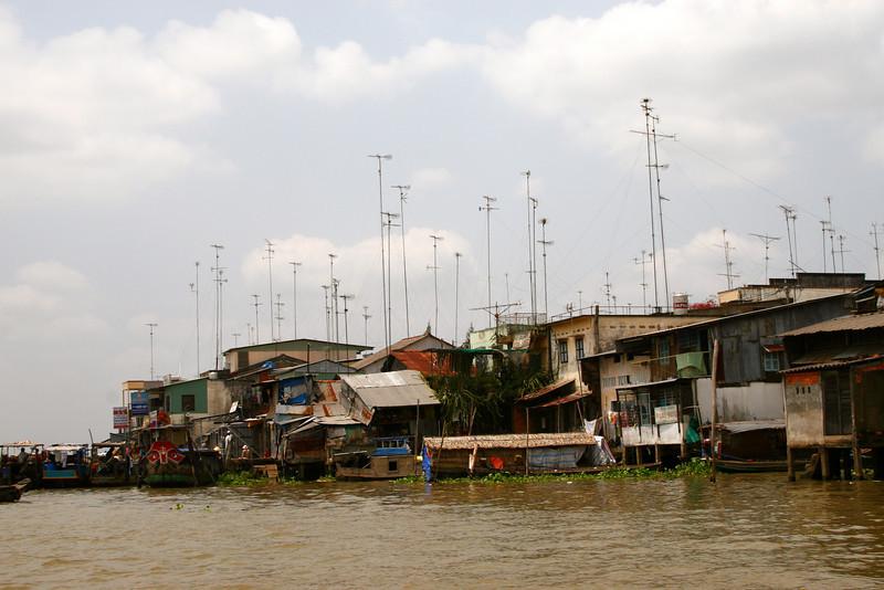 TV antennas around Cai Be.