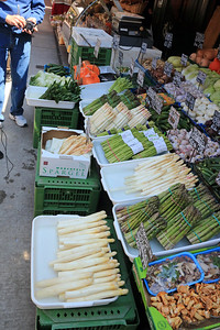 A vegetable stand featured green and white asparagus or spargel, which was in season locally.  The white variety is viewed as a delicacy.