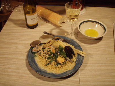 Sunday night's meal: fresh-caught shellfish and white asparagus in a white wine cream sauce.  Damn yummy stuff, if I do say so.