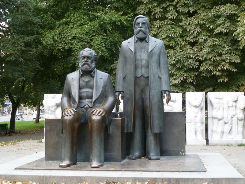 Karl Marx en Friedrich Engels. We zijn hier duidelijk in Oost-Berlijn.