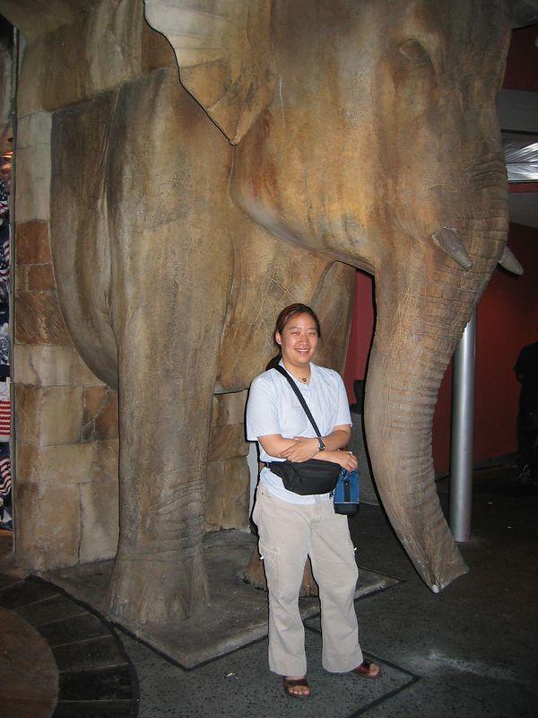 2003-10-26 01-jen-and-universal-elephant-01