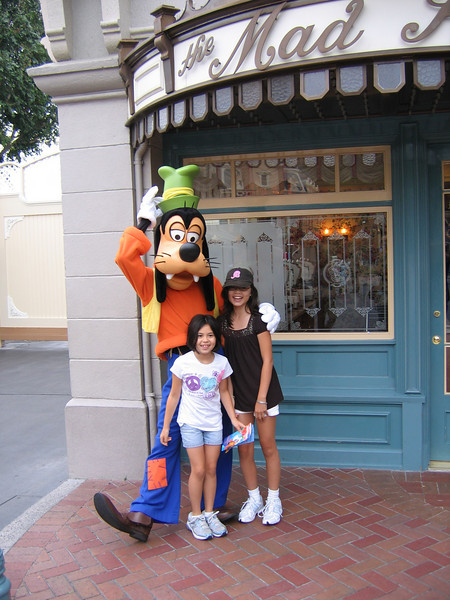 Evelyn and Heather posing with Goofy