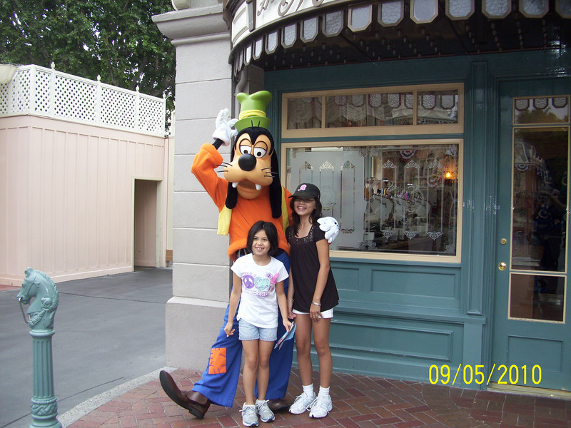 Evelyn and Heather with Goofy