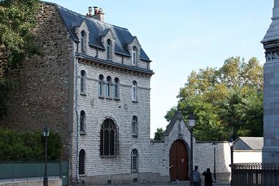 Building behind Sacre Coeur