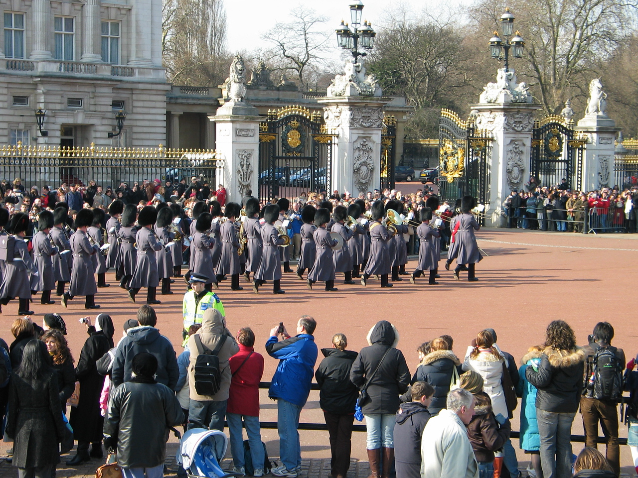 <b>Changing of the guard at Buckingham Palace.</b>