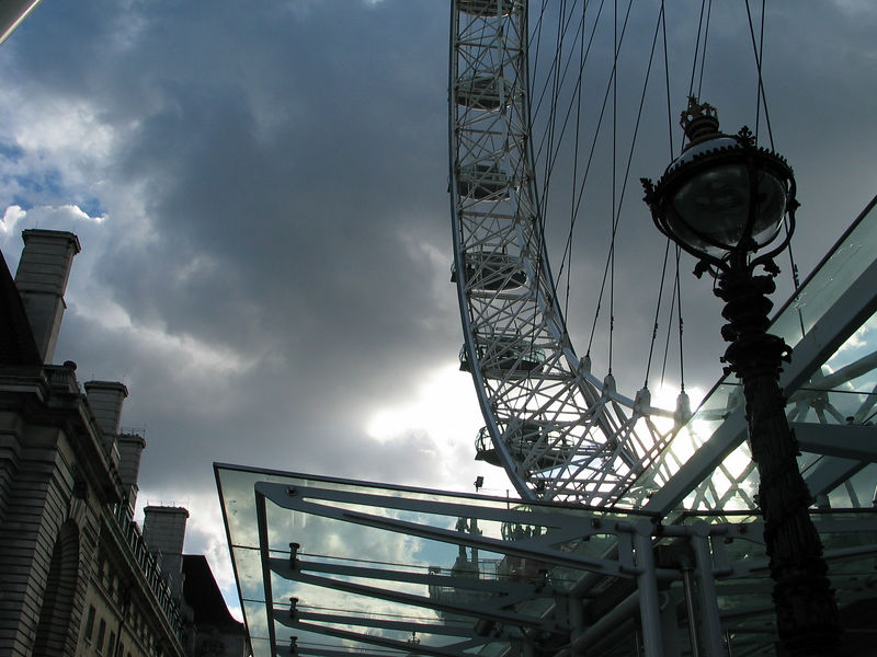 <b>The London Eye, looking west.  The building on the left is the ticketing hall.</b>