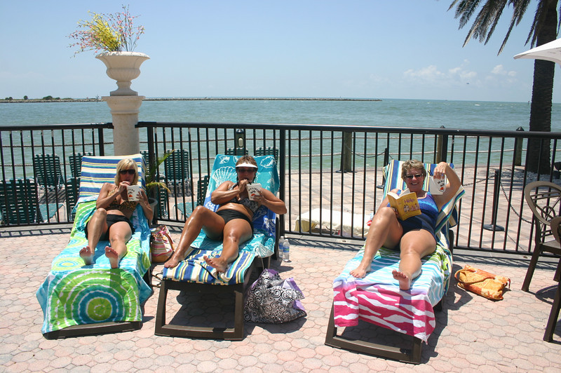 The girls with their drinks, poolside in Florida ( 2011 )