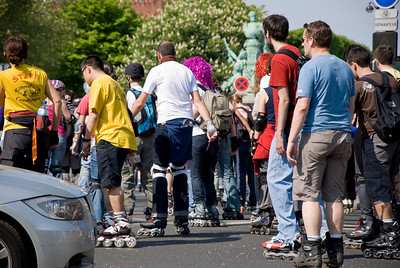 Giant crowd roller skate and roller blade through the city.
