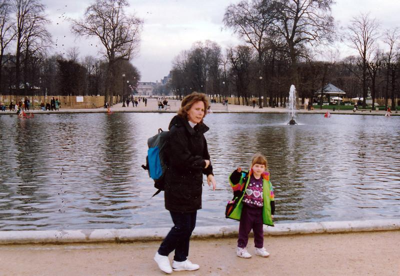 Nancy and Kiersten in the Jardin des Tuileries.