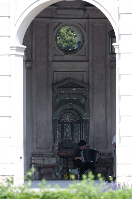 Musician inside the Hofgarten gazeebo - Munich