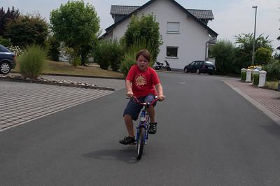 Lukas faehrt endlich Fahrrad!