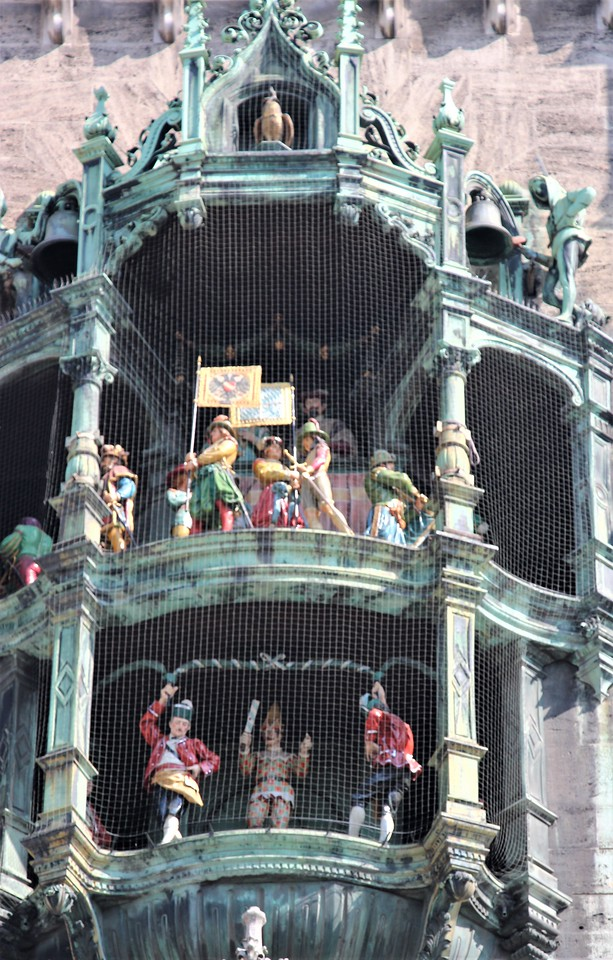 At 11:00 and 12:00 the large glockenspiel comes to life accompanied by chimes.  The top tier represents a knights tournament held in 1568 to celebrate the marriage of Duke Wilhelm V to Renata of Lothringia.  It is said to be one of the largest royal weddings ever held in Europe.  The lower tier represents the Dance of the Coopers, first held to celebrate the end of the plague in the 16th century.