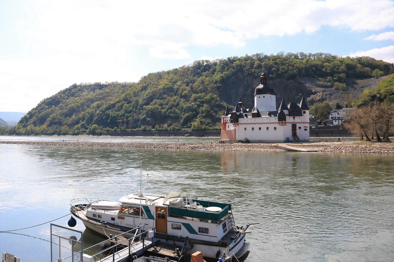 The little ferry that goes back and forth twice per hour from Kaub to the castle.