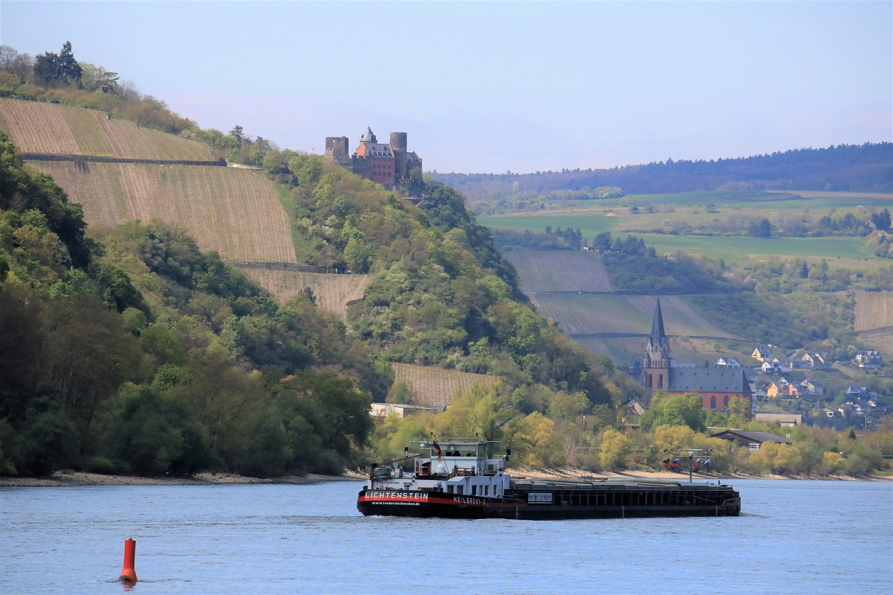 Schönburg Castle over the town of Oberwesel and the Liebfrauenkirche church in the distance as seen from Pfalzgrafenstein (with a telephoto lens).