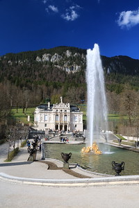 Every 30 minutes, a magnificent fountain erupts in front of Schloss Linderhof.