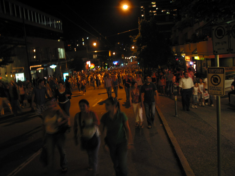 The crowd on the way back;  view is down Robson Street.