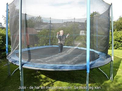 Jubii - de har en mega-trampolin. Se hvad jeg kan...