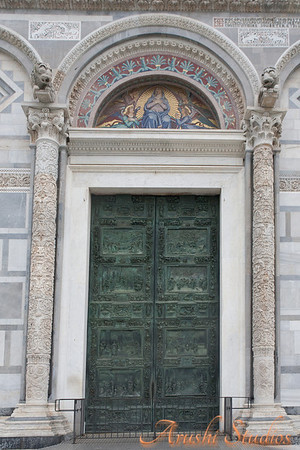 The church doors have very nice 3 dimentional work/carvings made in bronze.