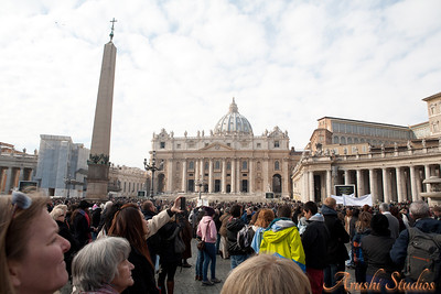 The crowd hearing to the pope for the sunday morning prayers.