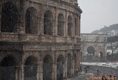 Here you can see the colosseum, the victory arch of Constantine and the umbrella pines. Due to the snow the colosseum was closed for visitors and we got to see the place without the usual crowds.