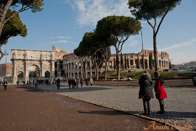 Here you can see our tour guide Anna showing the colosseum, and the arch to Sag.