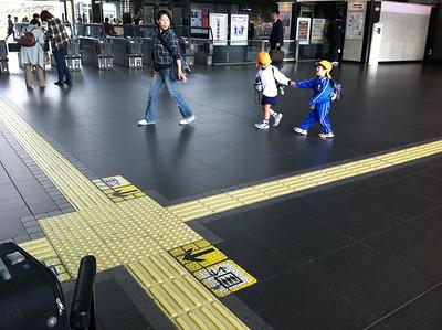 jongetjes met pet op Kyoto station