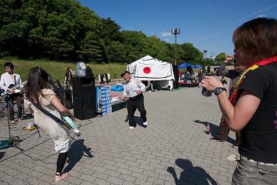 optreden japans pop bandje, Osaka castle park, let op interactie met publiek!