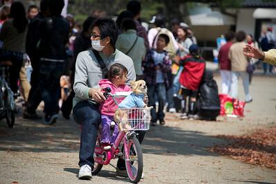 drie op een fietsje, Osaka castle park