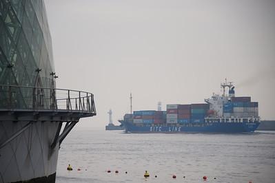 Containerschip vaart uit haven Osaka