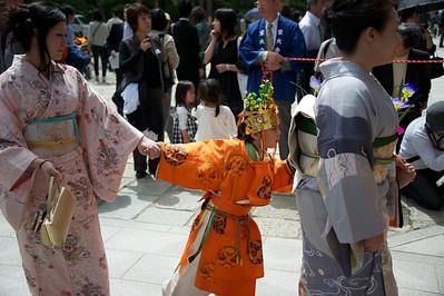 ongeduldig jongetje in optocht Nara