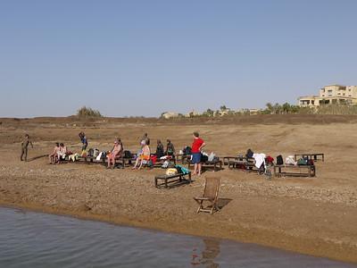 Aan de afstand tussen het water en de bebouwing kan je zien dat de Dode Zee alsmaar kleiner wordt.