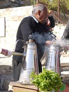 """Koffieverkoper. Voor mij maakt het niet uit want ik drink geen koffie, maar de meesten van de groep vinden deze koffie niet lekker, omdat er kardemom in zit.  Nochtans: """"In de Arabische wereld wordt kardemom niet alleen gebruikt in rijstgerechten, maar is het vooral populair in de koffie. Koffie met kardemom is een teken van gastvrijheid."""" (uit http://eten-en-drinken.infonu.nl/producten/12029-het-specerij-kardemom.html)"""