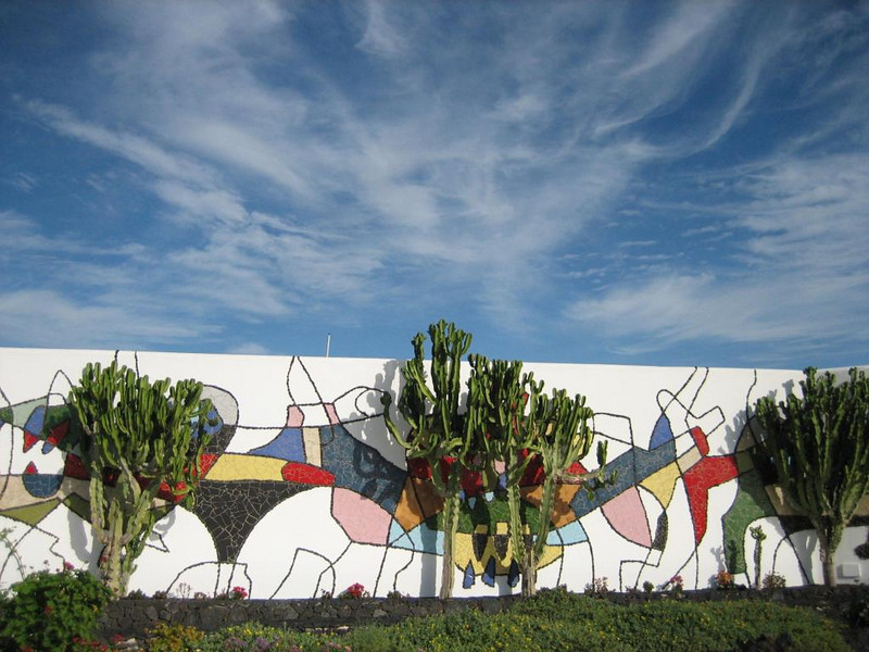 Cesar Manrique, yard with mural