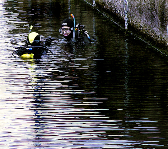 """It was THIS big!""  Divers at the Albert Dock, July 2004."