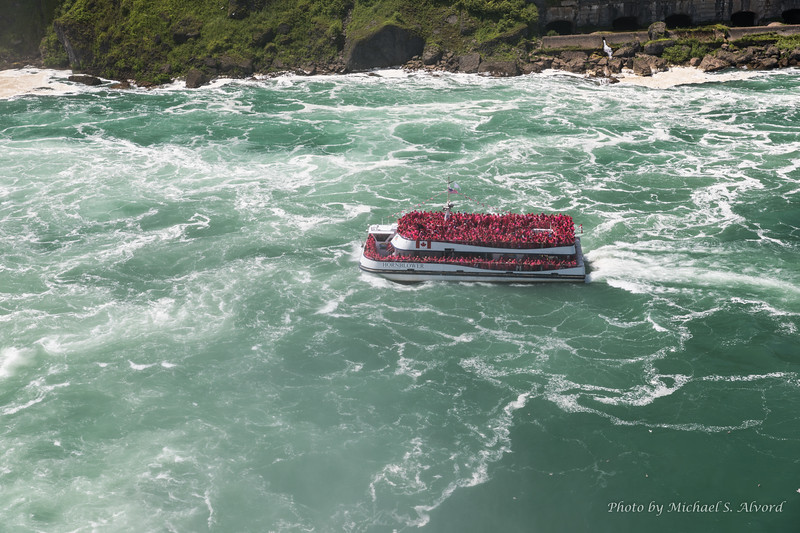 There were alot of people visiting the falls. I wonder what the maximum passenger count is for the boat.