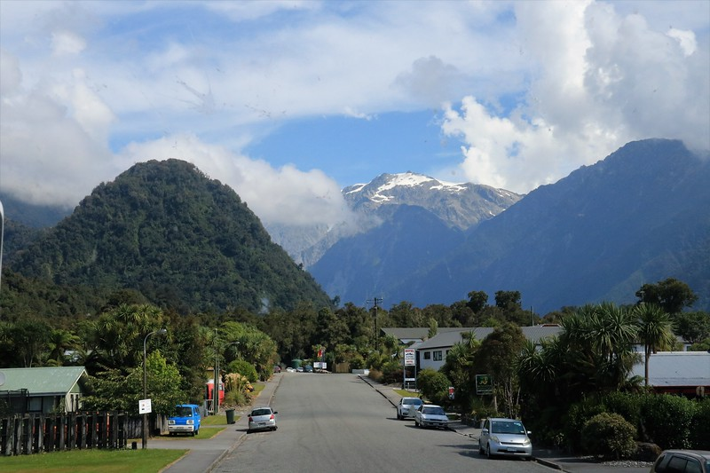 Arriving in the small town of Franz Josef.  This is the main town on the southern west coast but only has a population of about 300.  Hotels hold another 2000 during tourist season.  It is the jumping off point for numerous mountain adventures, including hiking, climbing, glacier walks and helicopter tours.