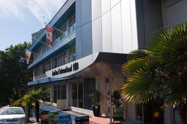 """The Auckland International Youth Hostel (YHA=Youth hostel association).<br /> Today we're on our way to the north of the island, Paihia. We're going to rent a car and drive on the """"left side of ze rroad"""".<br /> -----<br /> L'Auberge de jeunesse où nous passons notre premiere nuit à Auckland.<br /> Au programme aujourd'hui; voiture de location, conduite du côté gauche de la route et direction Paihia, au nord de l'île."""