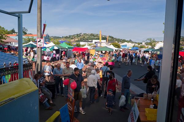 This is Nelson art & food market. We're staying 2 days in Nelson. This morning, after talking to the owner of the B&B where e're staying, we learn that there is an Art & food market downtown. This is a once-a-year event and it attracts people from all over NZ. Nanette & I decide to go check it out in the morning. In the afternoon, we want to go to the Tasman National Park which is across the bay from Nelson.<br /> -----<br /> Ici Nelson ! Nous passons la matinée au marché. Bien plus qu'un simple marché où l'on trouve à boire et à manger, les puces de Nelson, ça ressemble plus à la foire régionale. D'ailleurs, on vient de partout en NZ pour y assister (avis du propriétaire de notre chambre d'hôte). Ici, on trouve tout ce qui touche de près ou de loin au  domaine artistique. Plus précisément dans la bijouterie et l'habillement.<br /> Cependant, notre escapade citadine ne dure que la matinée. Cette après midi, nous prévoyons de visiter le parc national de Tasman, juste de l'autre côté de la baie, en face de la ville de Nelson.