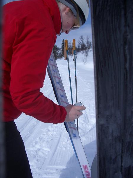 Silje er snill og smører både egne og andres ski.