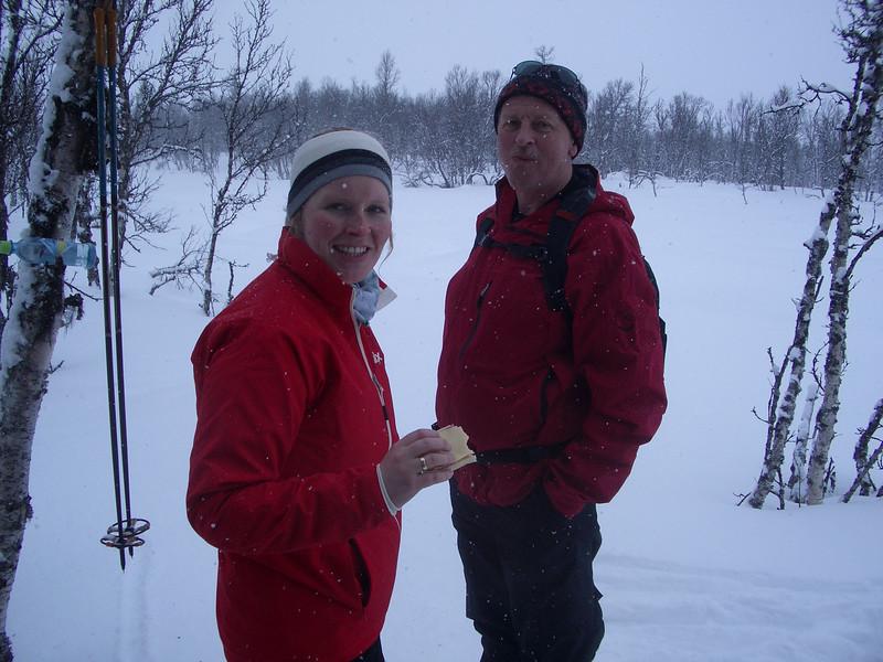 Litt dårlig vær, ingen dårlige klær, ingen sure miner. Her er det matstopp på vei fra Lenningen mot Rotvollfjorden i tett snøvær.
