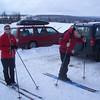 Sjåfør Odd spenner på seg skia, klar for en ny skitur med ungdommen.