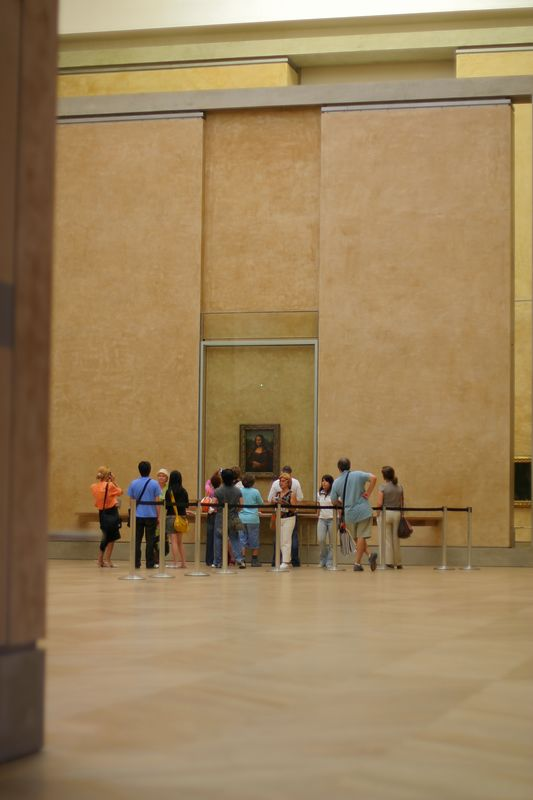 Mona Lisa's room, it was closing time, that's why there aren't more people crowded around it.