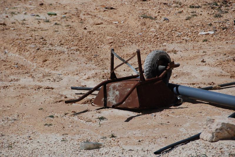 DSC_0352 On the road in Jordan - rusty wheel barrel