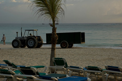 Tractor that cleans the beach every morning