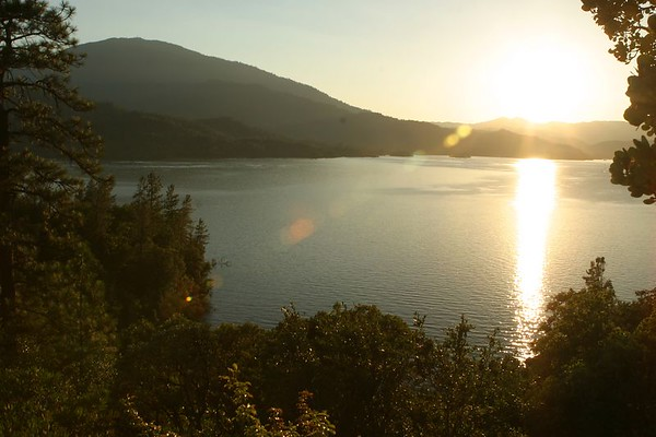 The first day of the trip, I drove up to Redding. Then, I didn't do much that night, i just drove around town, near Whiskeytown Lake. <br><hr> Le premier soir, je suis monté jusque Redding. Là, comme il était tard, j'ai juste fait un tour en voiture, pres de Whiskeytown Lake.