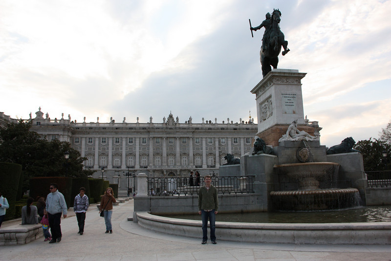 A statue in the Plaza with the Royal Palace in the background.